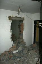 Pohled na nově vybouraný vchod do ložnice.