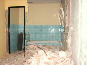 13.4.2012 - Zbourány příčky mezi chodbou, koupelnou, WC a komorou.