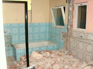Žlutě vymalováno - původní koupelna, růžově vymalováno - původní WC.