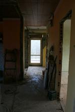 21.4.2012 - Levá strana jaksi bez příček, zvětšen otvor pro dveře do obýváku.