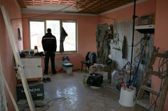 21.4.2012 - Pohled do kuchyně bez příčky.