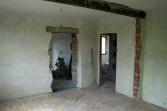 Futra odstraněny, zvětšen otvor pro dveře do obýváku.