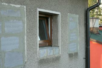Koupelnové okno - pohled z terasy.