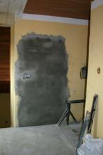 Pohled od budoucí koupelny. Konečně zazděny dveře do původního dětského pokojíku.