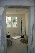 Pohled do ložnice z obýváku.