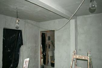 Pohled na vchod do obýváku, dveře budou šoupací po zdi.