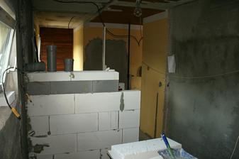 23.6.2012 - Staví se příčky budoucí koupelny a WC. Pohled od budoucí umyv. skříňky směrem ke dveřím.