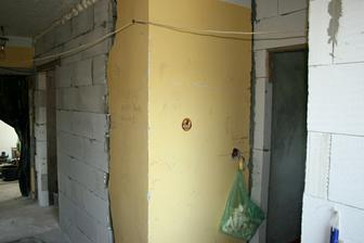 Vlevo dveře do kuchyně, vpravo do koupelny.