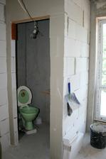 30.6.2012 - Příčky koupelny a WC jsou komplet.