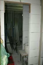 Dveře do koupelny s výklenkem na police.