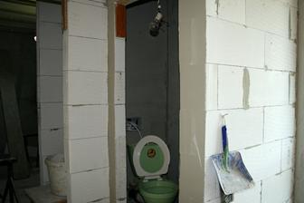 Vlevo koupelna, vpravo WC.