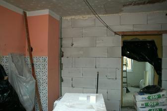 Pohled na novou stěnu, kde bude trouba a spíž.