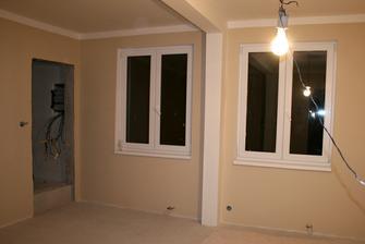 26.8.2012 - Manželova celovíkendová práce. Broušení štuků a malování. Už jen podlaha, dveře, topení, vypínače, zásuvky, světla a uklidit a je z toho opravdový pokoj :o) .