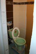 WC doobloženo a zaspárováno a stavitelův překrásný záchůdek už je zase na místě :o)) .