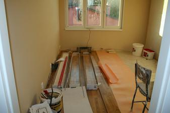 8.9.2012 - Začíná se pokládat podlaha.