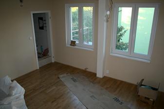 8.9.2012 - V obýváku je položená podlaha a nasazené obložky.