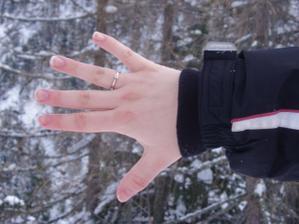 Z÷snubní prstýnek je n÷dherný. Tajně jsi jej ukrýval v zimních řetězech.