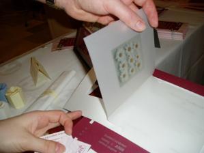 Oznámení by možná mohlo obsahovat fotku na pouzovacím papíru, která by byla v podobnà m rámečku.