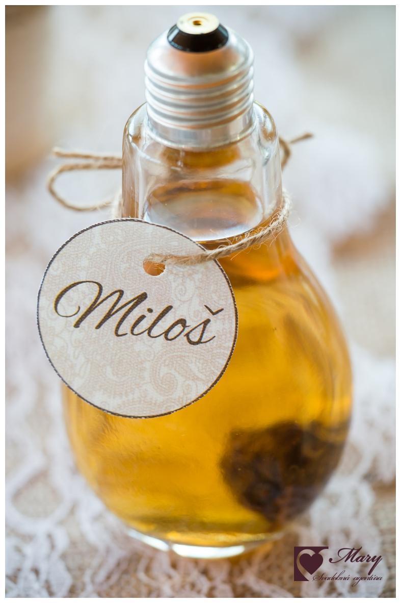 Svadobná výzdoba s jutovinou - Domáca slivovica v originálnej fľaši s menovkou veľmi potešila hostí :)