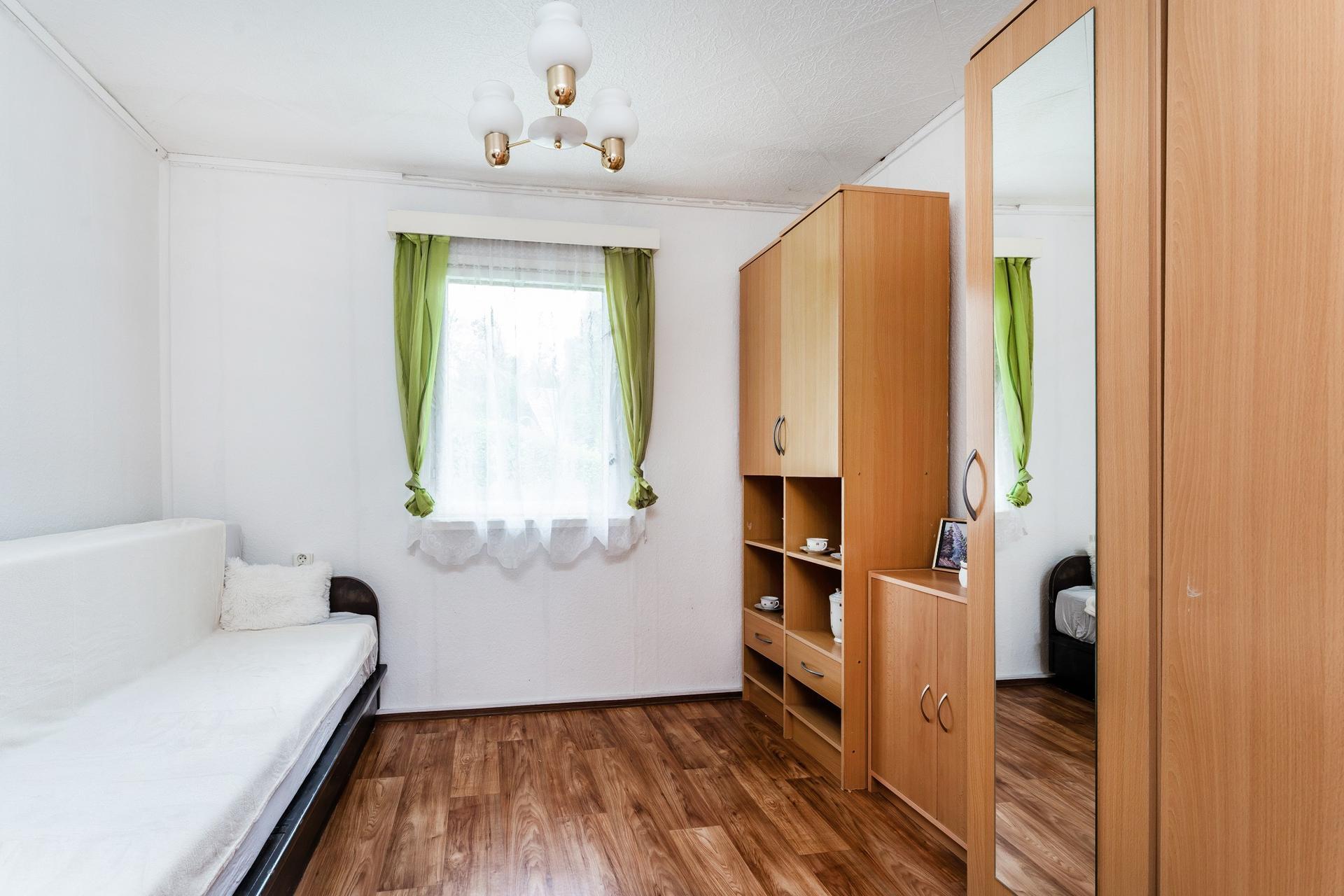 Chata - Košátky 2021 - Ložnice - původní stav. Dnes už vypadá jinak