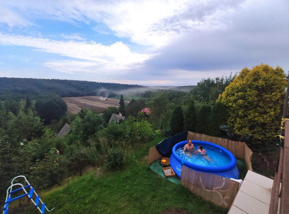 Chata - Košátky 2021 - Letos bazén narychlo koupený klasický nafukovací ...bambus okolo, je kvůli sousedčiným kocourům