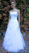Podobné mám zamluvené, jen korzet bez kytičky, malinko širší sukně a kytka na sukni níž a vpředu na straně, ne na boku.