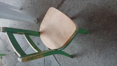 Staré židličky vyřazené ze školky