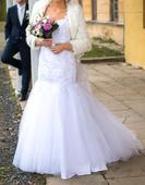 Svatební šaty s holými zády a obrovskou vlečkou , 38