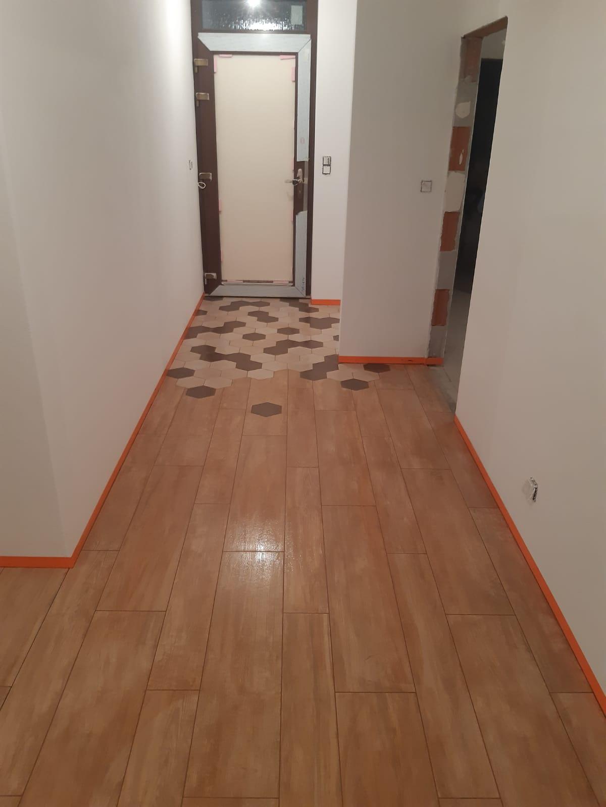 Tak aj my sme trošku pokročili. . Dnes som maľovala stenu v spálni  😅 . Budúci týždeň už bude dúfam kuchyňa.  Ešte kúpeľne a môžeme sa sťahovať - Obrázok č. 3
