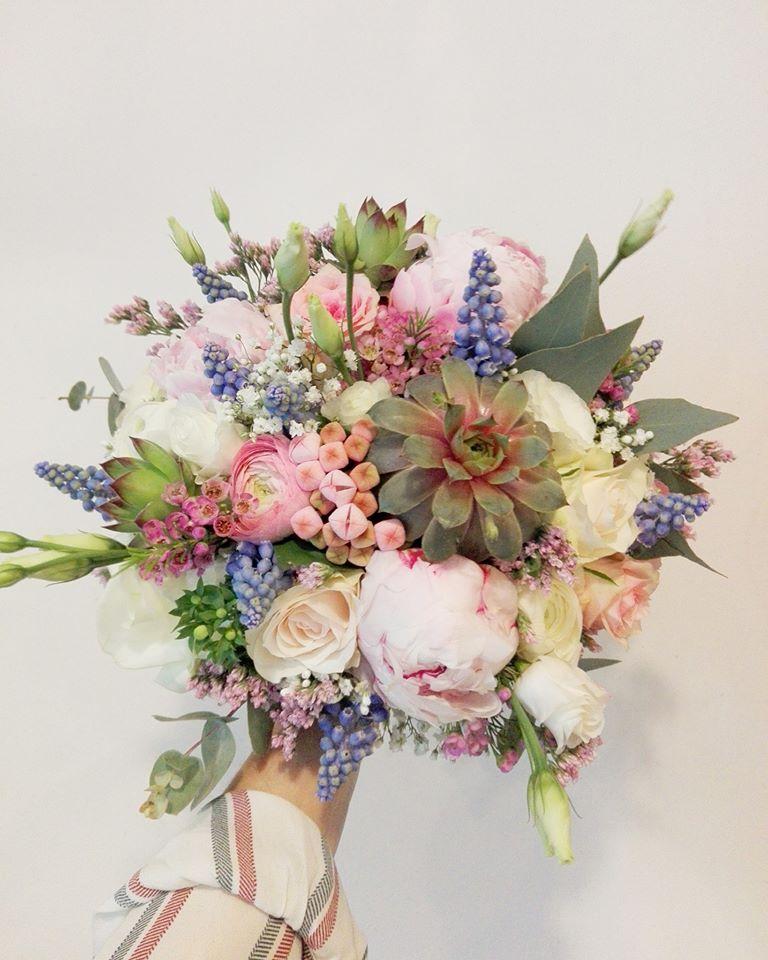 Eva{{_AND_}}Edward - Moje svatební :) .. Sukulenty zkouším zakořenit a aspoň něco z ní zachránit. Natural flowers
