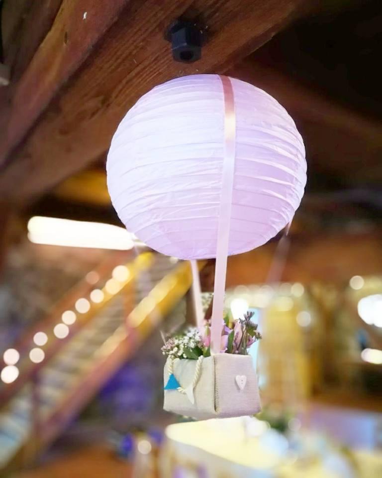 Eva{{_AND_}}Edward - Naše balony.. až z videa jsem viděla, že led světýlka skutečně byla na svém místě  v lampionu :)