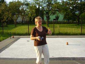 Základová doska a švagrina :-) , jún 2010