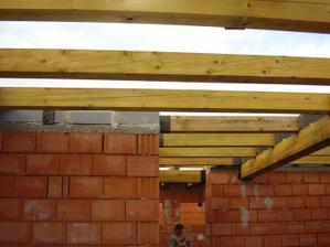 začína sa stavať strecha