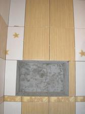 skrinka nad WCkom a nie nieušlo to obkladačovi, chcela som to centrovať nad WC nie na skrinku, tej sa prispôsobujeme, je pôvodná v kamennom múre. Šikovný bude musieť byť stolár, aby to zamaskoval :-)