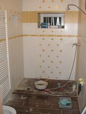 pracovný bordel, ale máme osadený radiátor :-)