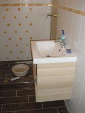 """umývadlo zavesené, ešte stále """"pracovná verzia"""" kúpelne"""