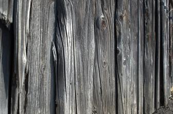 kôlňa - vetrom, slnkom, dažďom ošľahané drevo