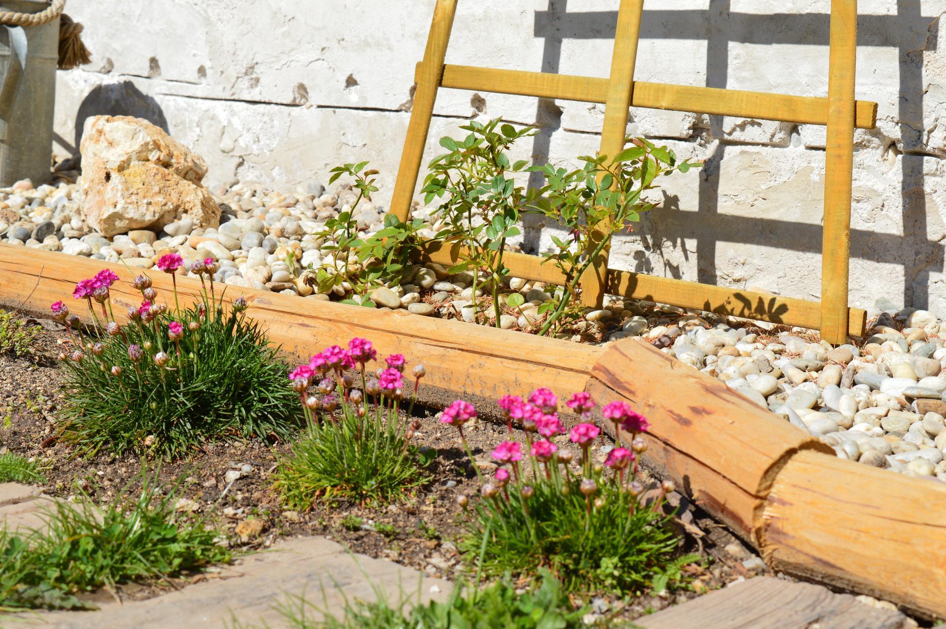 Naša prírodná perma záhradka v roku 2020 - no a tu sme zase vylepšovali, aby sa nám kamienky neváľali kade-tade