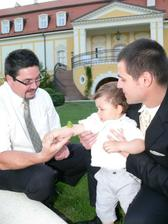 synovy skočila žabka na ruku