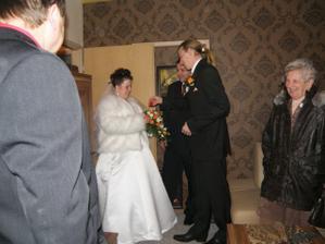 prej mne chce....nabízené falešné nevěsty nechtěl:-)