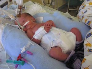 Ahoj,jmenuji se Tomášek, narodil jsem se předčasně ve 33.týdnu těhu dne 6.4.2009 v 10:40 a me míry byli 45 cm a vážil jsem 2630 gramů, mé jméno je Tomášek