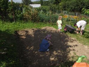 děti mi pomáhaly dělat zahrádku..no,byla to docela fuška,samé šutry :-p