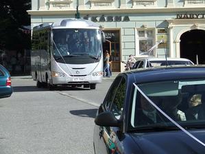 svatební autobus přiváží hosty