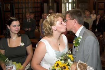 První novomanželská pusa