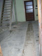 Chodba pred rekonstrukci (schody byly puvodne jeste obezdene)