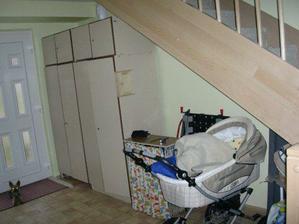 Prostor pod schodama chceme nejak efektivne vyuzit, nejlepe nejakou vestavenou skrini, ale jak to udelat elegantne (hodne velka sikmina :(?? ) Omluvte provozni bordel :)