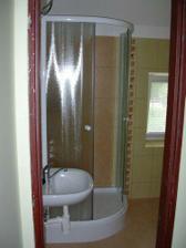 Horni koupelna (sprchac+wc) je barevnym opakem dolni - takze zatimco dolni je prevazne oranzova se zlutou dlazbou, horni je zluta s oranzovou dlazbou - napadite a hlavne usporne :)