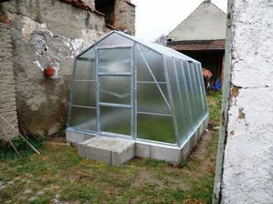listopad 2010 - skleník už stojí, okolí se bude upravovat postupem času jak bude čas a chuť no a tak vůbec za chodu prostě :-P
