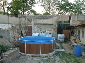 Květen 2011 - dnes postavený bazen:))) jeste nas ceka zpacifikovat to okoli skarede :-P