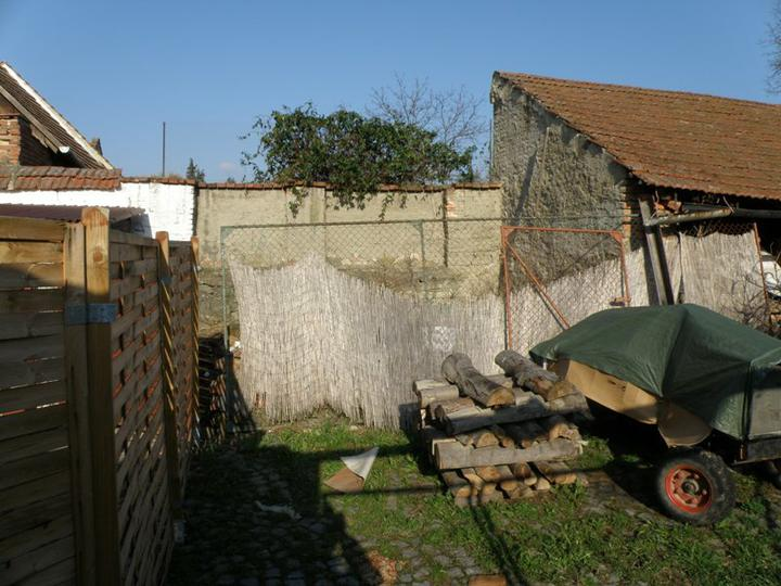 Pohled ze soucasneho vstupu doleva (za plotem je momentalne kompost)